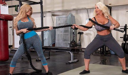 Сисястые лесбиянки вылизывают пилотки друг друга в спортзале на тренажере
