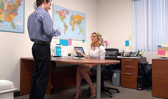 Блондинку возбуждает анальный секс на офисном столе перед вебкамерой