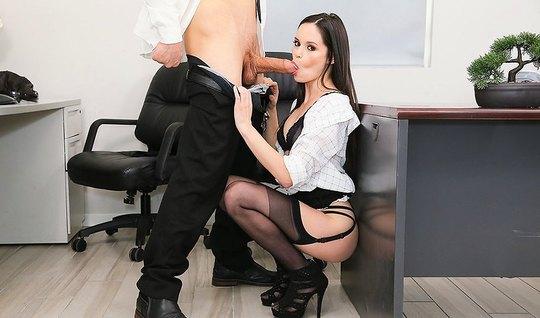 Очаровательная секретарша разводит длинные ноги в чулках и дает боссу на столе