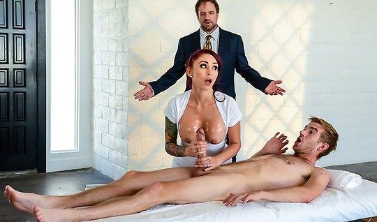 Рыжеволосая массажистка с татухами трахается с клиентом прямо на столе