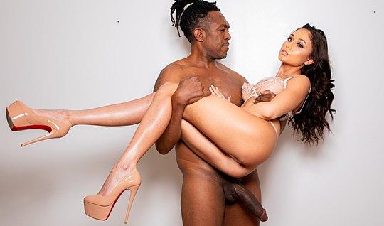 Брюнетка с большими буферами скачет на длинном пенисе темнокожего любовника
