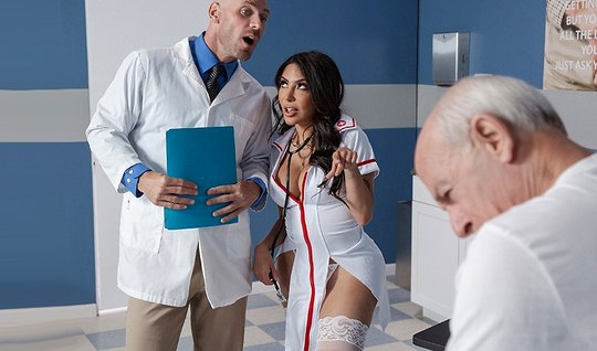 Грудастая брюнетка в чулках изменяет мужу с лысым врачом во время осмотра