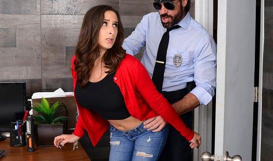 Бородатый полицейский уложил грудастую брюнетку на стол и поимел ее в попу