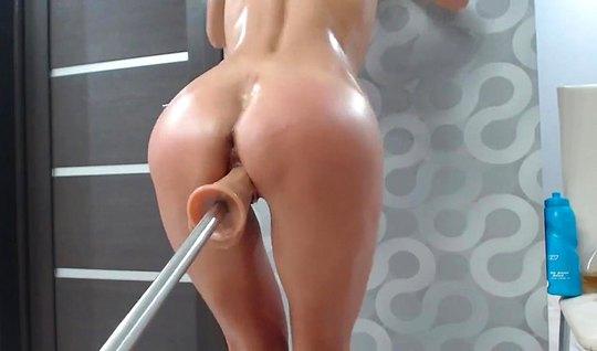 Девушка насаживается киской на игрушку и получает оргазм от дрочки