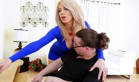 Очкастый сосед жарит в рот милфу в синем платье