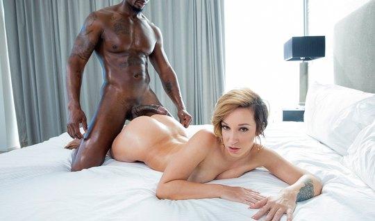 Красивая девушка прыгает на большом члене негра в спальне