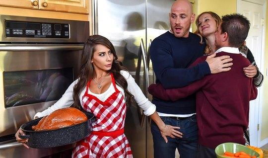 Грудастая телочка подарила мужику минет и горячий секс на кухне