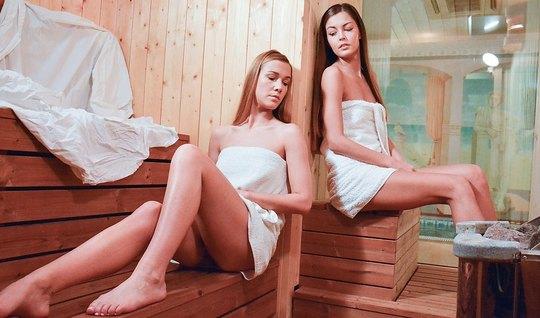 Две девушки лесбиянки в сауне трахают друг друга языками