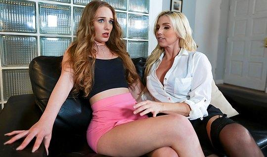 Две грудастые лесбиянки на диване полируют друг другу щели