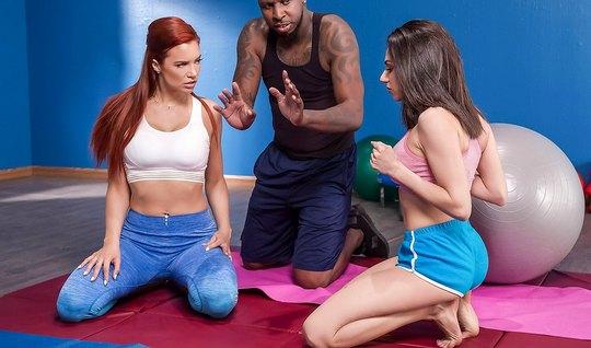 Две развратные лесбиянки после тренировки лижут друг другу дырочки