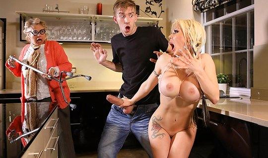На кухне молодой человек жадно трахает грудастую блондинку