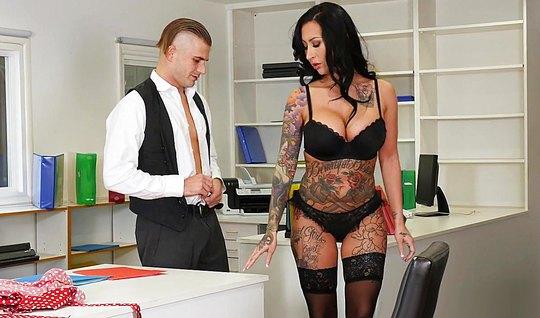 В офисе брюнетка сняла одежду и подставила свою киску для секса