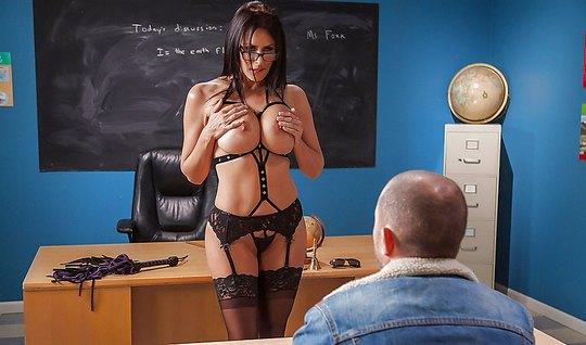 Грудастая училка с большими дойками занимается сексом со студентом