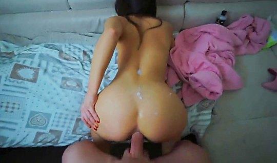 Девушка раздвинула ноги для домашнего анала на видео камеру