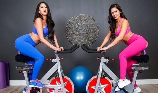 Две красотки лесбиянки в спортзале занимаются красивым сексом