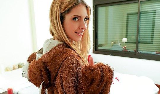 Парень привел домой блондинку и жадно оттрахал ее в задницу