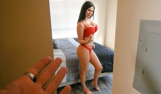 Мачеха показала свои большие сиськи и встала раком для секса