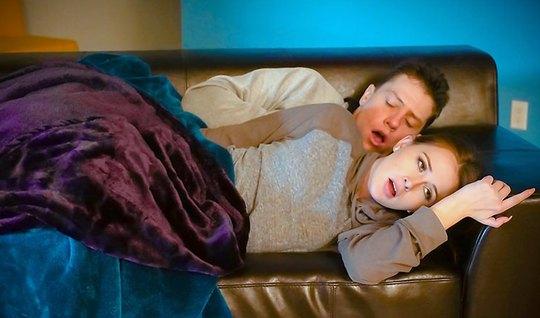 Парень вылизал спящей подружке с рыжими волосами киску и трахнул ее членом