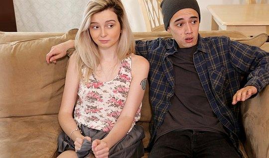 Молодая парочка занимается классическим сексом на диване