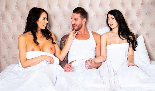 Мамка и ее дочка залезли к парню в постель и устроили групповое порно