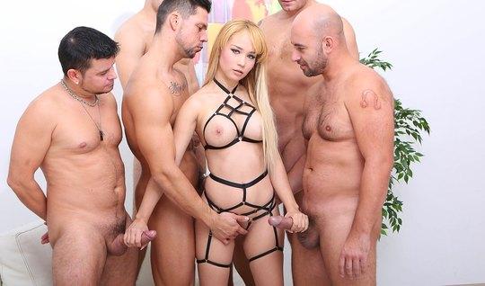 Блондинка занимается групповым сексом с двойным анальным проникновением