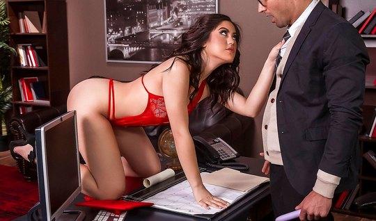 Брюнетка сделалав в офисе начальнику минет и смачно трахнулась с ним