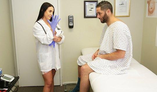 Брюнетка с буферами отсосала пациенту, а потом стала прыгать на его члене