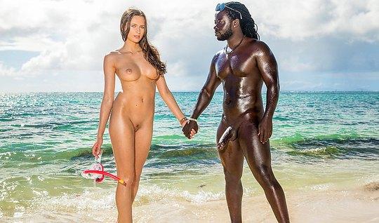 Познакомившись с негром на пляже, девушка согласилась попрыгать на его члене