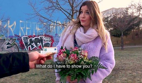 Сисястая блондинка с улицы за деньги и цветы согласилась потрахаться с парнем