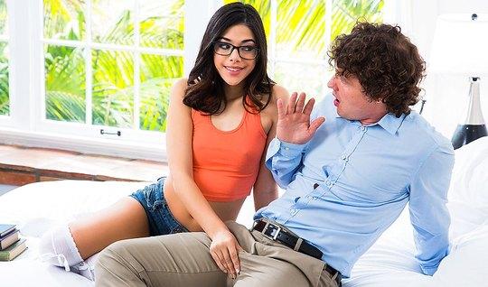 Девка в очках соблазнила кучерявого парня и отдалась ему в спальне