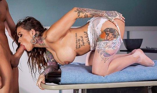 Татуированная телка в чулках надела белый халат и трахнула пациента в палате