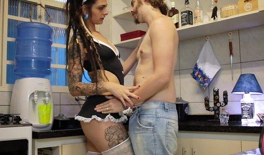 Татуированная горничная в пеньюаре трахается с парнем на кухне