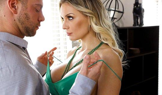 Небритый мужик раздевает сексуальную мамку и вылизывает ее киску