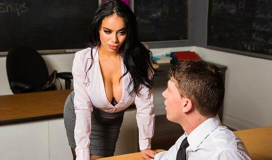 Училка с большими сиськами трахается со студентом после уроков в кабинете