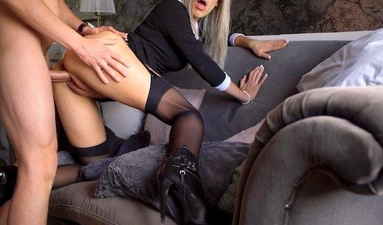 Парень снимает домашнее порно со стройной блондинкой на каблуках на диване