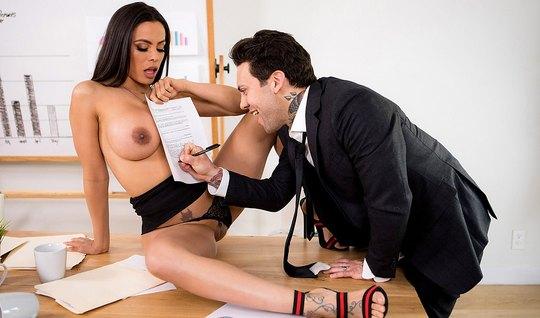 В офисе грудастая брюнетка насаживается на член бизнесмена