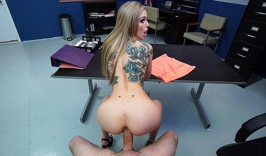 Блондинка с татуировками на теле в кабинете занимается сексом от первого лица