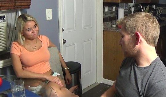Блондинка согласилась прийти к парню домой и снять секс на камеру