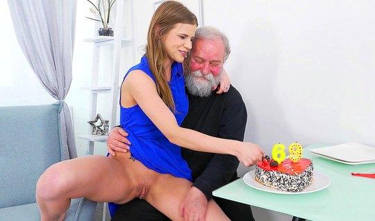 Пожилой дедушка соблазнил молодую брюнетку на секса в гостиной