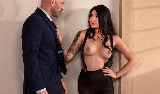 Лысый мужчина натягивает на свой член татуированную красотку азиатку