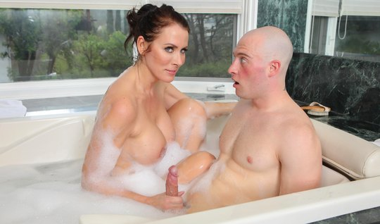 Грудастая бабища, сделав минет парню в ванной, получила член между пышных булок