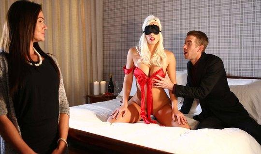 Девушка смотрит, как её парень членом растрахивает анал похотливой блондинки
