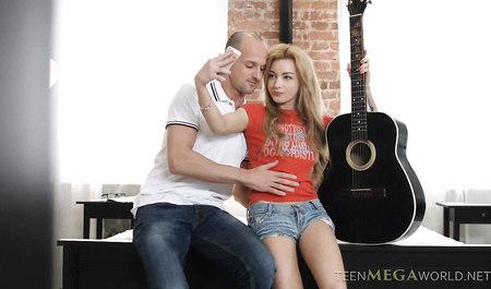 Бойфренд трахает в жопу телку с гитарой