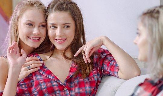 Нэнси А и Ева Эльфи уговорили русскую студентку Ольгу на лесбийские ласки с куни