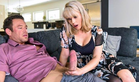 Опытная блондинка Эмбер Чейс не смогла отказаться от огромного члена соседа в вагине