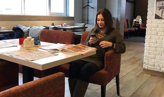 Русский пикапер развел на минет похотливую брюнетку и снял ее отсос от первого лица