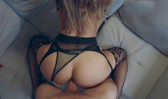 Муж снимает домашний секс с женой, крупным планом показывая ее большую жопу в чулках