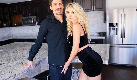 Жопастая Наталья Старр трахается на кухне с Брюсом Вентурой, тряся длинными белыми волосами