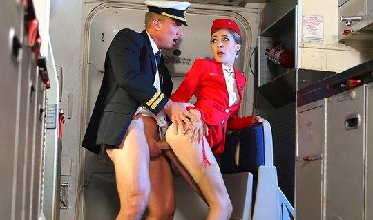 Рианнон Райдер трахает красивую стюардессу в самолете премиум класса