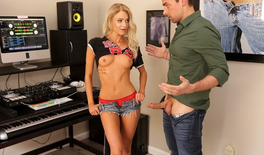 Худая блондинка показывает боссу небольшую грудь и делает  Райан Дриллер минет